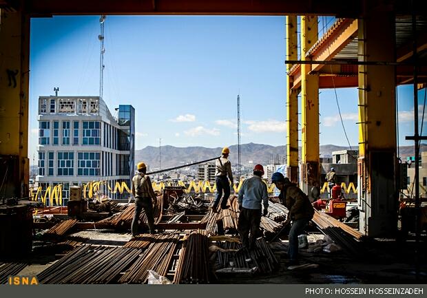 در آستانه 11 اردیبهشت روز جهانی کارگر- کارگری در ابرها/ روی خط خطر/ اینجا طبقه 18+، کارگران با مشکلات فراوان مشغول کارند...