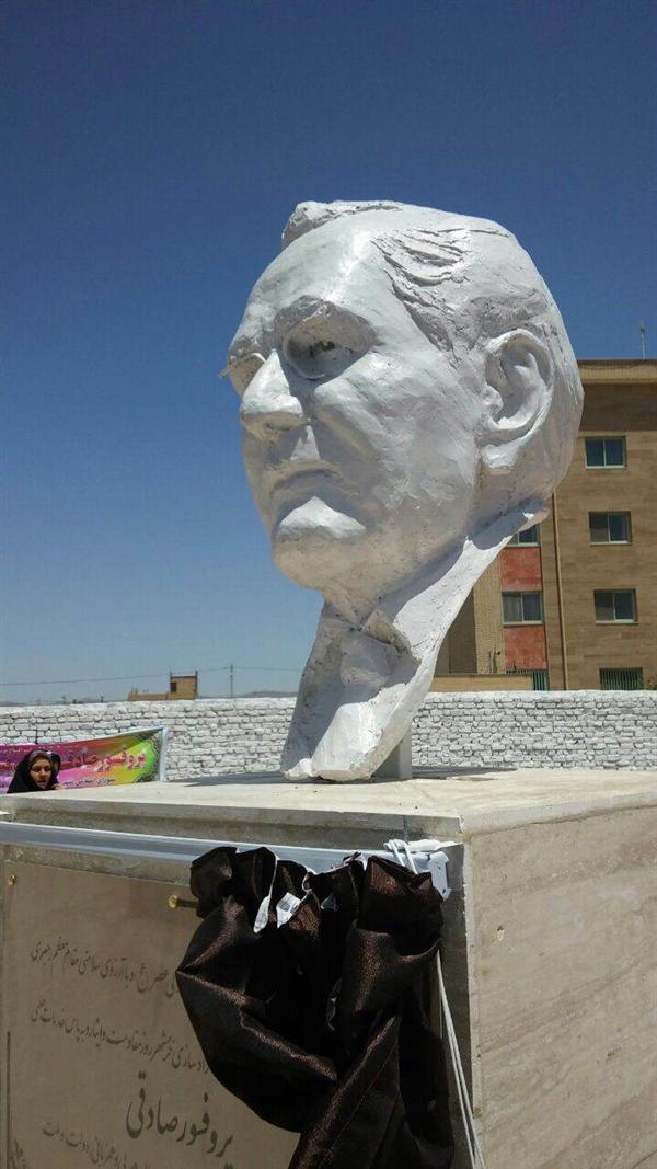 سرديس پروفسور صادقی اثر صالح موسويان ديروز در بوستان پروفسور صادقی رو نمايي شد.